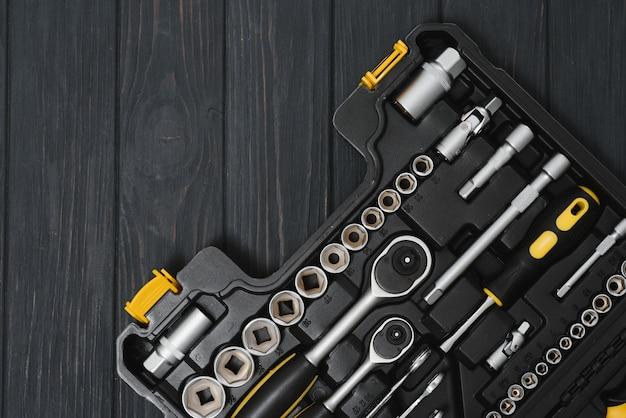 Scatola con set di strumenti per la riparazione di auto, primo piano