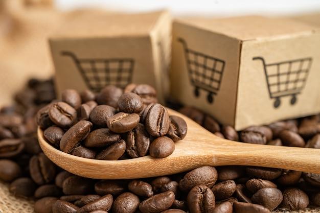 Scatola con il simbolo del logo del carrello sui chicchi di caffè import export shopping