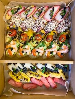 Box con panini, bignè, bruschette con affettati, verdure grigliate, formaggi e frutti di mare. taglieri di salumi su ordinazione.
