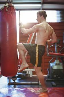 Boxer che pratica kickboxing