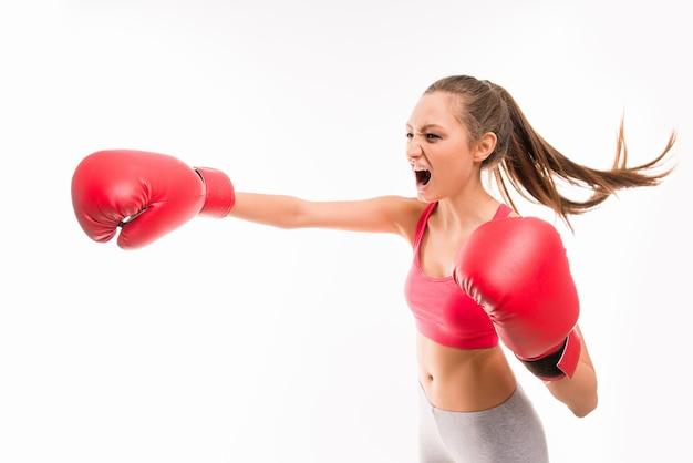 Donna pugile durante l'esercizio di boxe che fa colpo diretto
