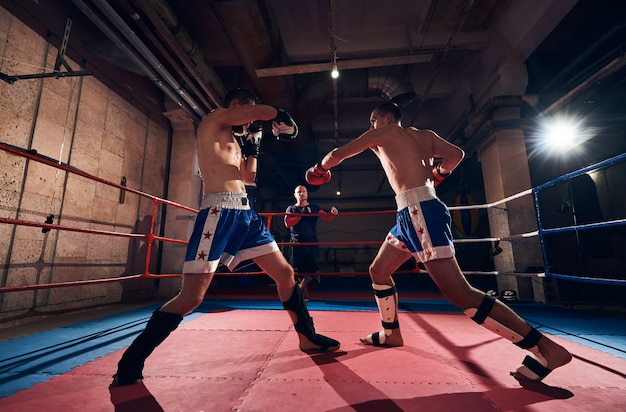 I pugili allenano kickboxing sul ring