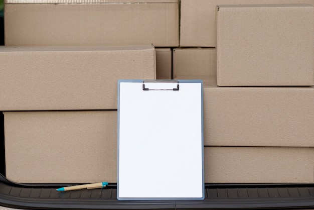 Disposizione scatole con appunti