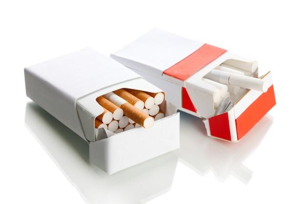 Scatole di sigarette, su un bianco Foto Premium