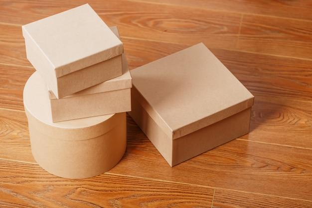 Scatole di pacchi su un fondo di legno, spazio libero.