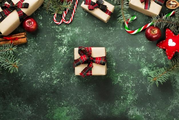 Scatole con regali per natale e vari attributi di vacanza in grigio, vista dall'alto