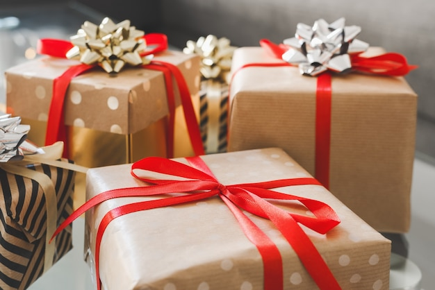Scatole avvolte in carta kraft con nastro rosso. regali di natale e capodanno