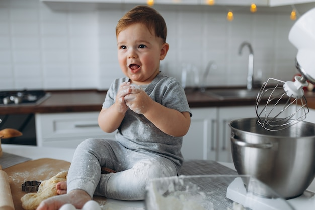 Ragazzo cuoce i biscotti in cucina
