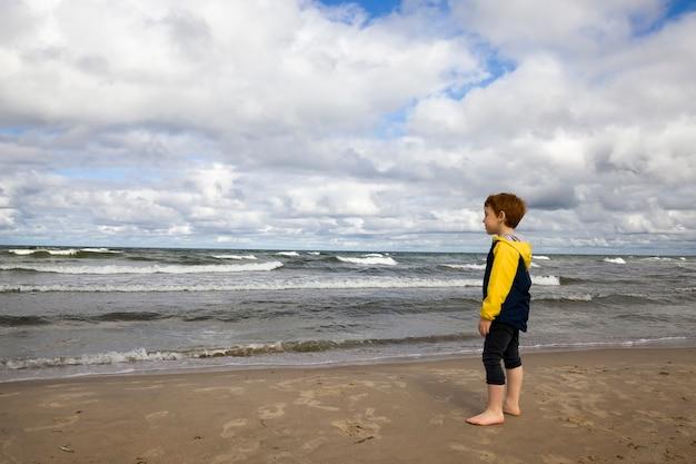 Ragazzo nel mar baltico