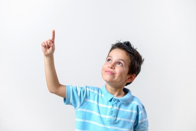 Il ragazzo con una maglietta blu e il viso minaccioso alzò il dito.