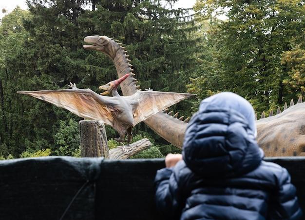 Ragazzo in un parco di dinosauri