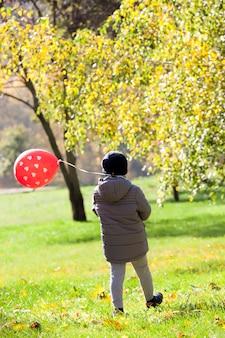 Ragazzo durante una passeggiata nel parco