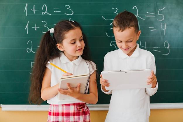 Ragazzo e ragazza sulla lezione di matematica