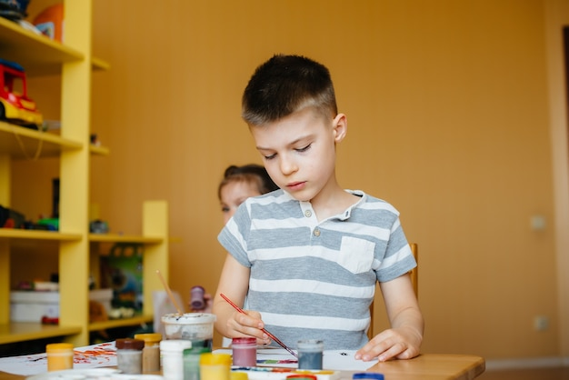 Un ragazzo e una ragazza giocano insieme e dipingono. ricreazione e intrattenimento. resta a casa.