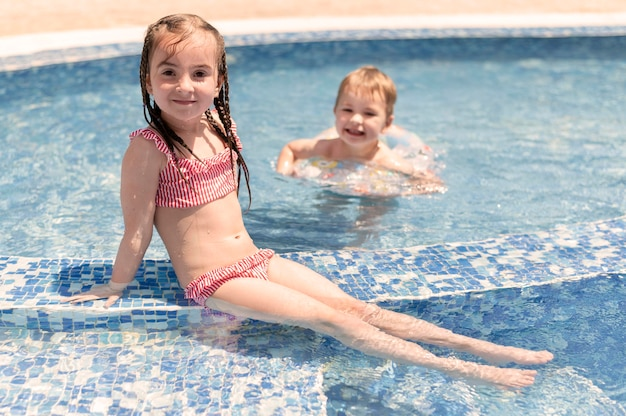 Ragazzo e ragazza in piscina