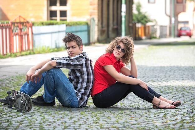Ragazzo e una ragazza per la strada