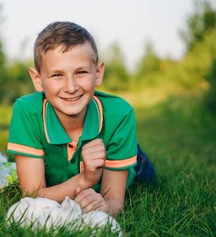 Ragazzo in una maglietta verde con un coniglio nero