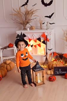 Ragazzo in costume da strega di halloween