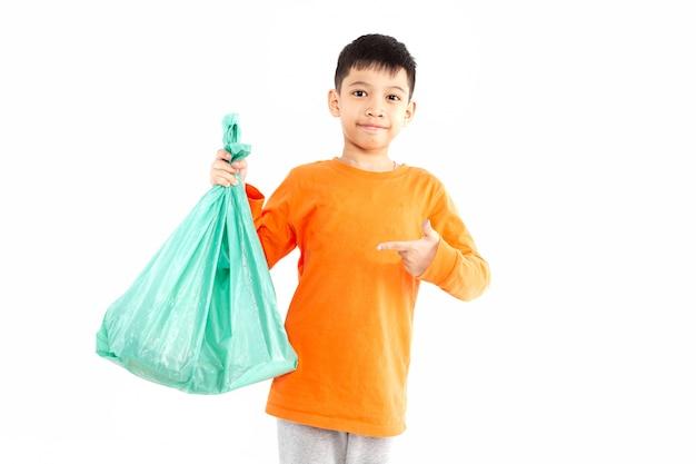 Ragazzo che tiene il sacchetto di plastica