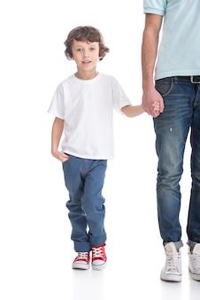 Il ragazzo tiene una mano di padre