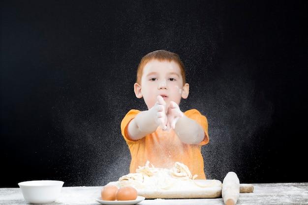 Ragazzo in cucina