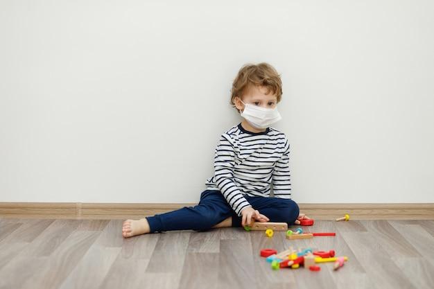 Ragazzo in maschera. rimanere a casa concetto, quarantena da coronavirus covid-19