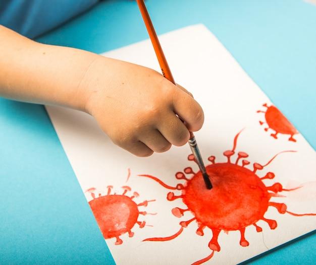 Ragazzo che dipinge con l'acquerello una molecola di coronavirus. epidemia di coronavirus mortale a livello mondiale