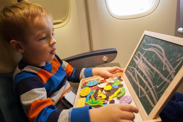 Ragazzo nell'aereo che attinge a bordo con gesso