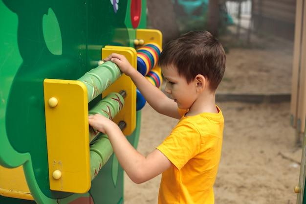 Un ragazzo al parco giochi gioca, vista posteriore. sport per bambini, tempo libero, hobby.