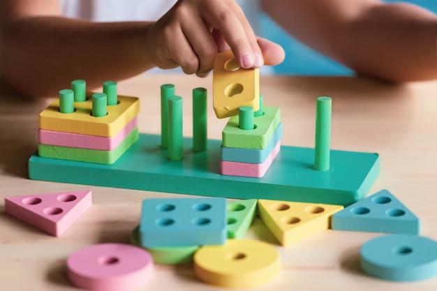 Ragazzo che gioca i giocattoli dei bambini per l'apprendimento delle abilità