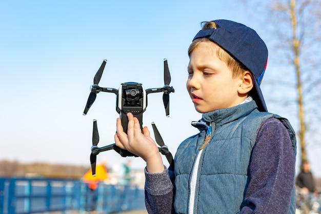 Il ragazzo gioca con il suo quadrocopter