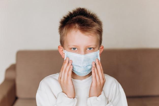 Ragazzo maschera di protezione quarantena salute modalità casa tristezza virus isolamento dei bambini