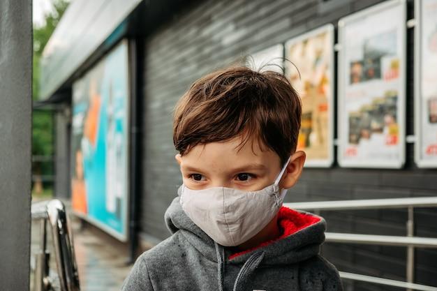 Un ragazzo con una maschera protettiva entra nel supermercato