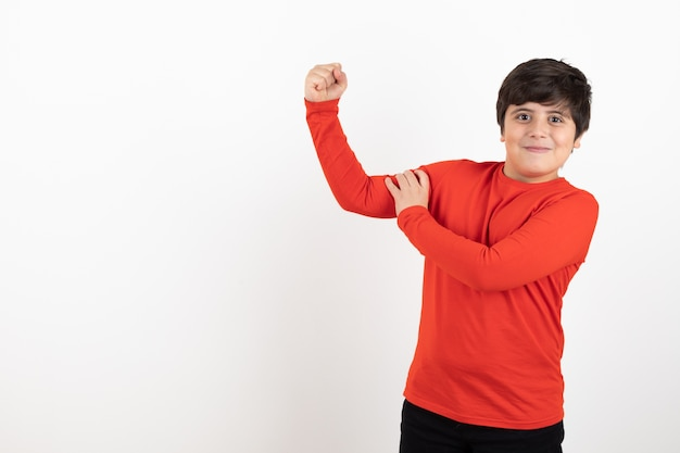 Il ragazzo mostra la forza della mano
