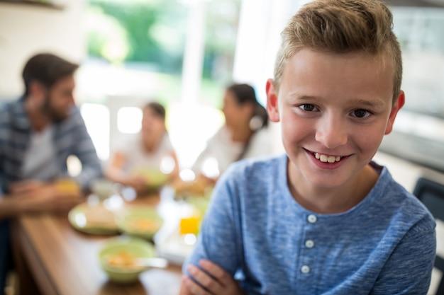Ragazzo seduto sul tavolo da pranzo