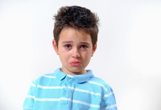 Ragazzo sconvolto e pronto a piangere isolato