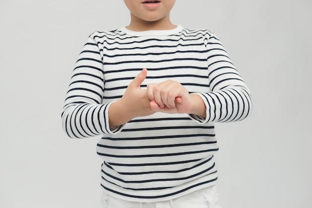 Ragazzo che usa il gel igienizzante per le mani per pulirsi le mani. concetto di disinfezione delle mani.