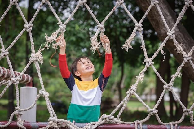 Un ragazzo che indossa abiti dai colori vivaci e sembra una corda strappata che rende impossibile arrampicarsi
