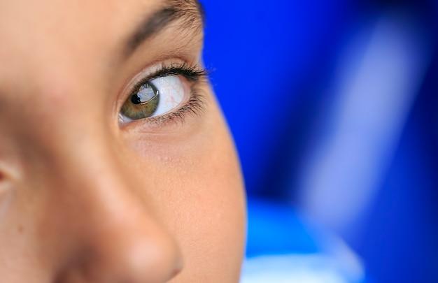 Ragazzo con bellissimi occhi verdi