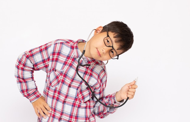 Un ragazzo con uno stetoscopio in uno sfondo bianco