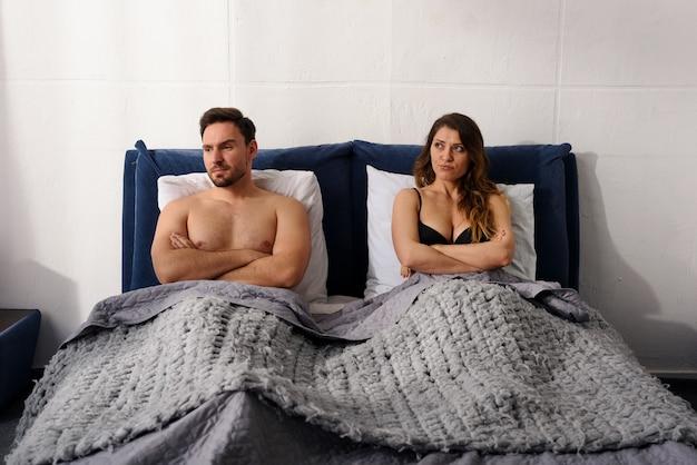 Il ragazzo e la ragazza hanno problemi di coppia e non sono felici