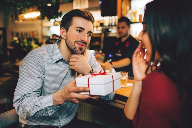 Ragazzo e ragazza seduti insieme nel ristorante