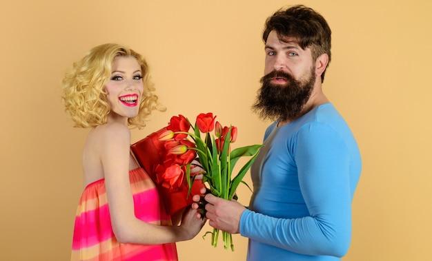 Il fidanzato regala bouquet di fiori alla fidanzata, all'amore, alla relazione, agli appuntamenti, all'anniversario Foto Premium
