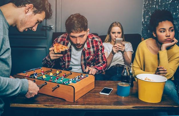 I ragazzi giocano a calcio da tavolo