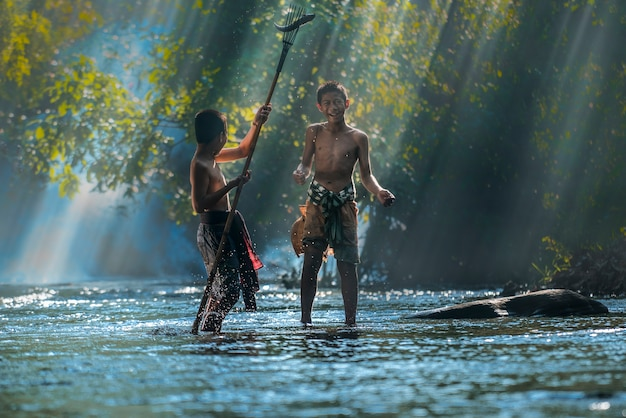 Ragazzi che pescano nel fiume, campagna, tailandia,