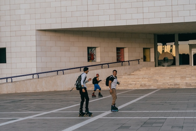 Ragazzi che pattinano in una piazza.