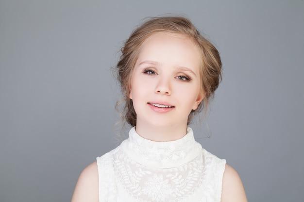 Bretelle. bella ragazza sorridente. sorriso sano. bretelle sui denti. bel sorriso femminile con bretelle. trattamento ortodontico. concetto di cure odontoiatriche. allineamento dei denti
