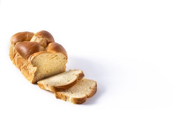 Pane all'uovo intrecciato isolato su sfondo bianco