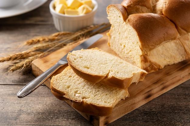 Pane all'uovo intrecciato su tavola di legno