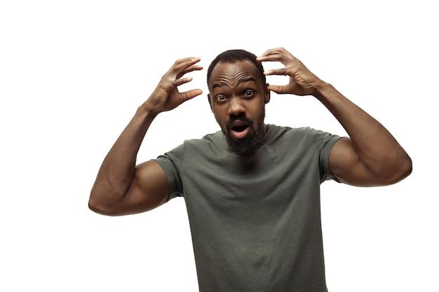 Brain bang giovane uomo afroamericano con divertenti emozioni popolari insolite